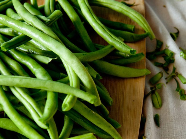 Green beans on a chopping board